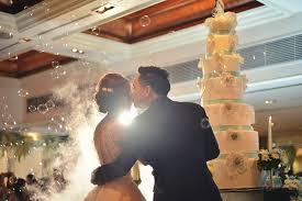młoda para po ślubie w trakcie weselnego przyjęcia